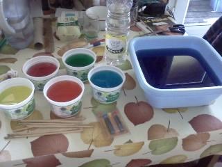 ensuite jai pris la laine que je voulais teindre et je lai lgrement mouille puis je lai plonge dans mes mixtures - Colorant Alimentaire Mauve